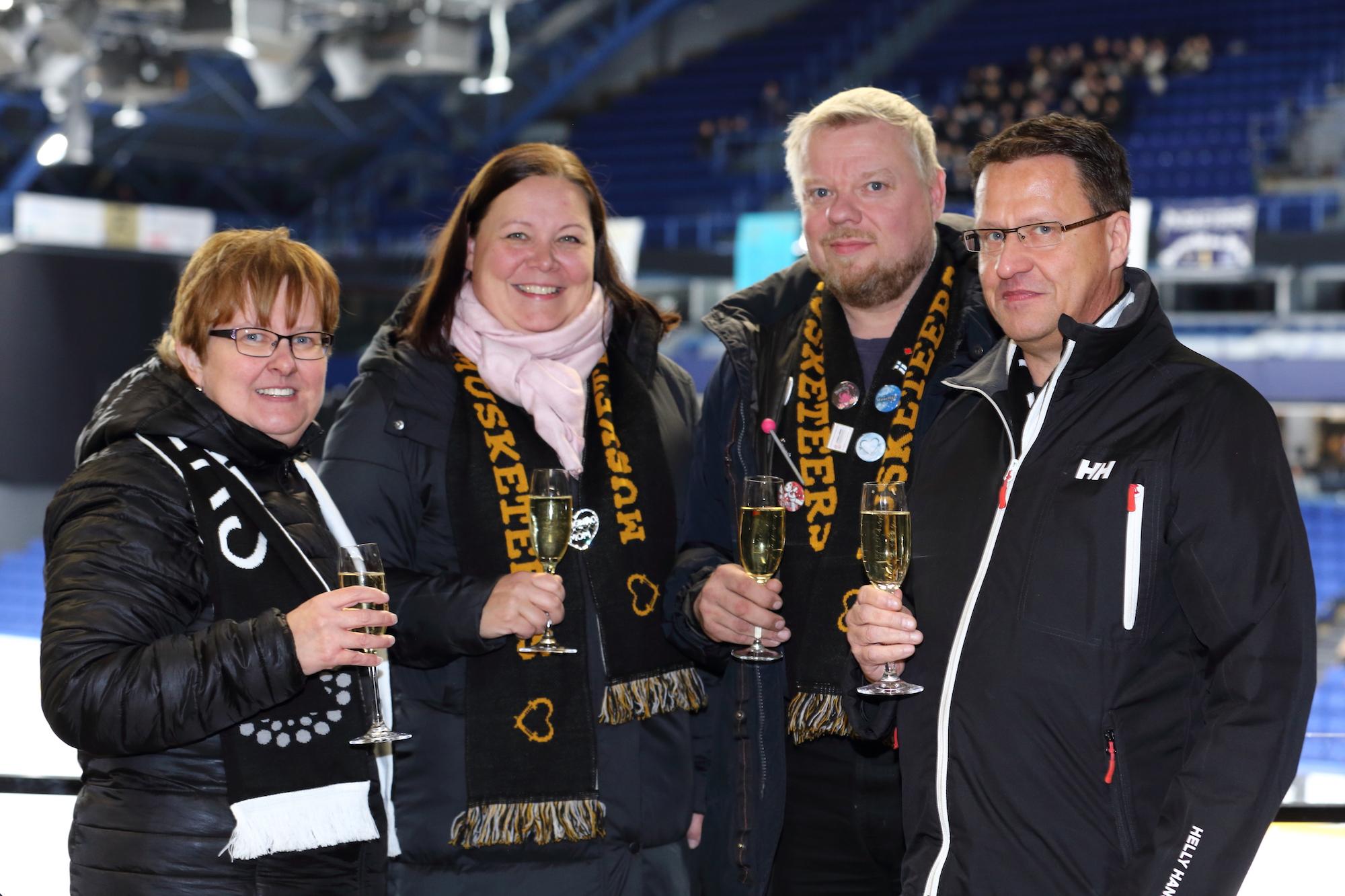 Marjut Mettänen (oik.), Anne Häyrinen, Jukka Häyrinen ja Timo Hintikka nostivat maljat muodostelmakauden avauksen kunniaksi SM-sarjojen 1. valintakilpailussa Metro Areenalla.