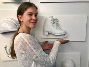 Laajasalon peruskoulun Melisa Hiienkoski tutustui työelämään Suomen Taitoluisteluliitossa.