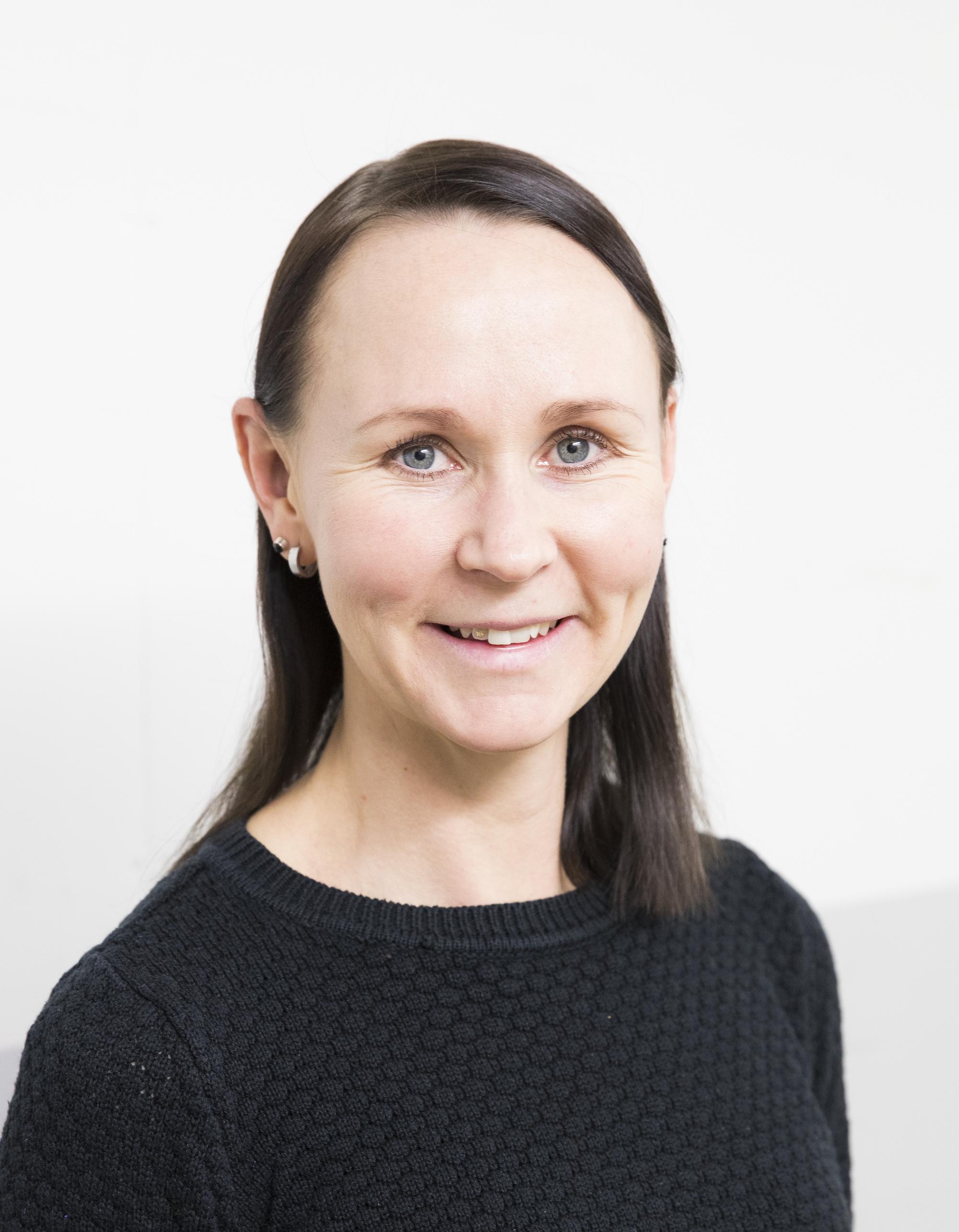 Elina Järvinen (ent. Kettunen) on edustanut Suomea taitoluistelun MM-kisoissa ja olympialaisissa 2000- luvun alussa. Nykyään hän toimii fysioterapeuttina Movelina-yrityksensä kautta. Hän vastaa STLL:n maajoukkueen, nuorten maajoukkueen ja Talent- ryhmän tukiharjoittelusta leireillä.