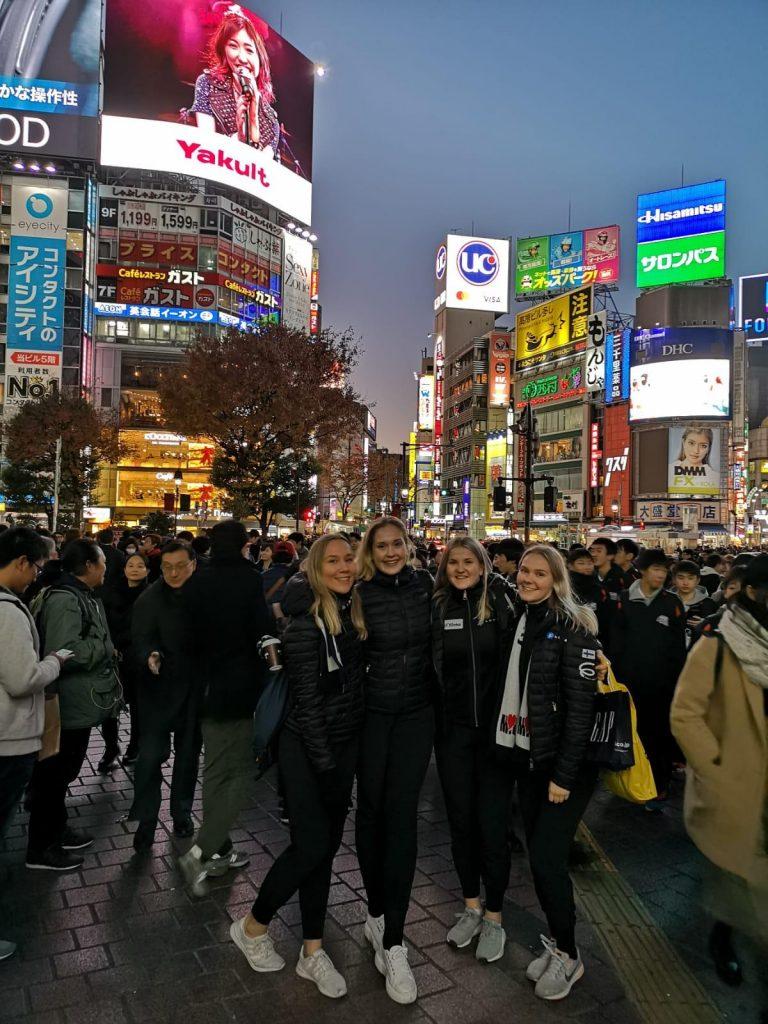Japanilainen tuotantoyhtiö lennätti MIU:n luistelijat Tokioon, jossa he ehtivät tutustua kaupunkiin muutaman päivän. Vasemmalta Julia Saarinen, Marianne Westerholm, Lotta Kerokoski ja Lotta Uusitalo.