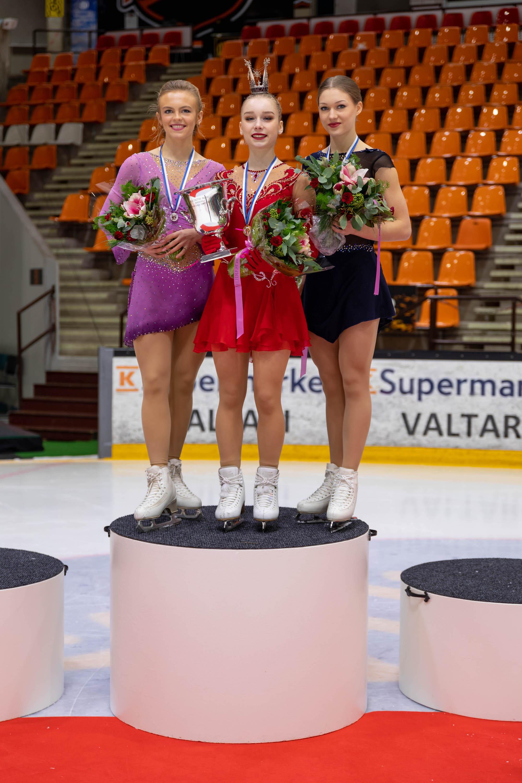 Naisten mitalikolmikko Emmi Peltonen (vas.), Viveca Lindfors ja Jenni Saarinen. Suomen mestaruus oli Lindforsin ensimmäinen.