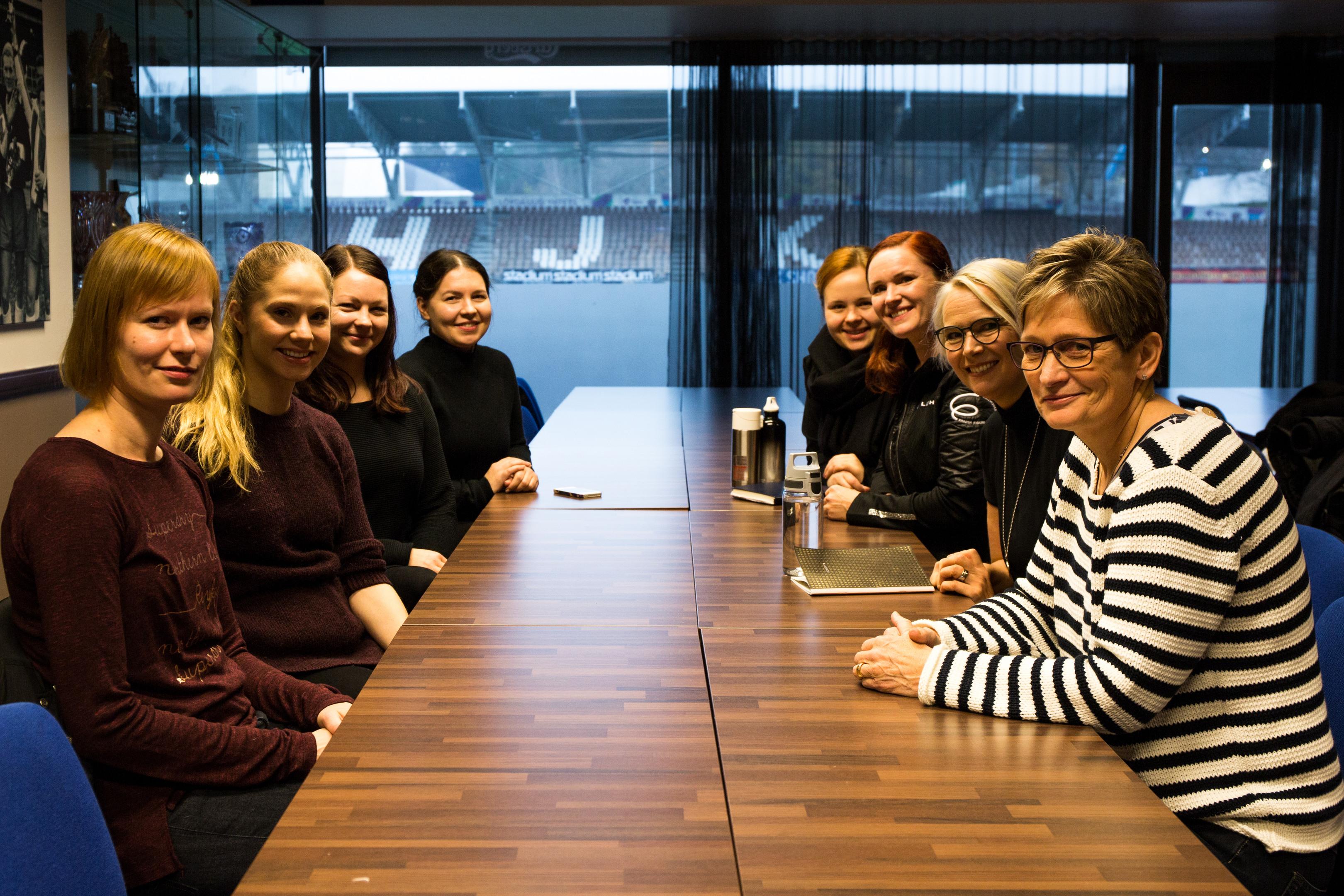 Maikku Miettinen (oikealla) mentoroi muodostelmaluistelun valmentajia.
