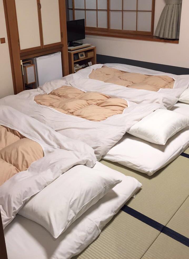 Nukuimme Naganossa perinteisessa japanilaisessa hotellissa, joiden huoneissa oli pitkä rivi futoneita vierekkäin.