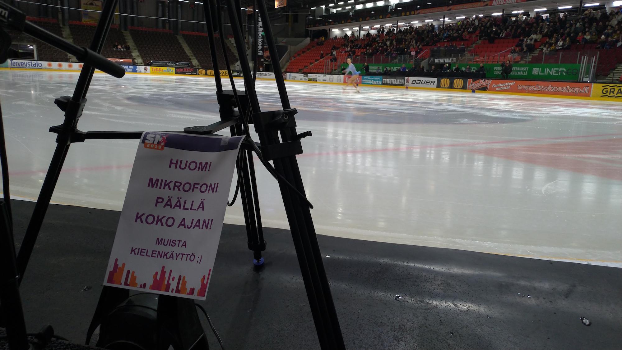 Näkymä Kiss'n'Cry –nurkkauksesta jäälle. Oman suorituksensa jälkeen SM-kilpailijat istahtavat kentän laidalla olevalle sohvalle kameroiden eteen – ja muistavat tämän viestin.