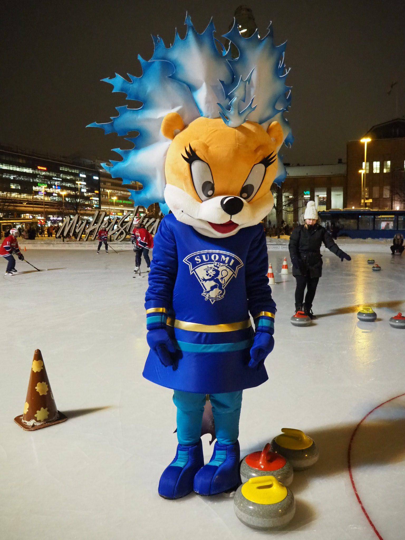 Suomen Jääkiekkoliiton Pinky-maskotti oli valvomassa tapahtumaa ja HIFK-naisjoukkueen demopelejä.