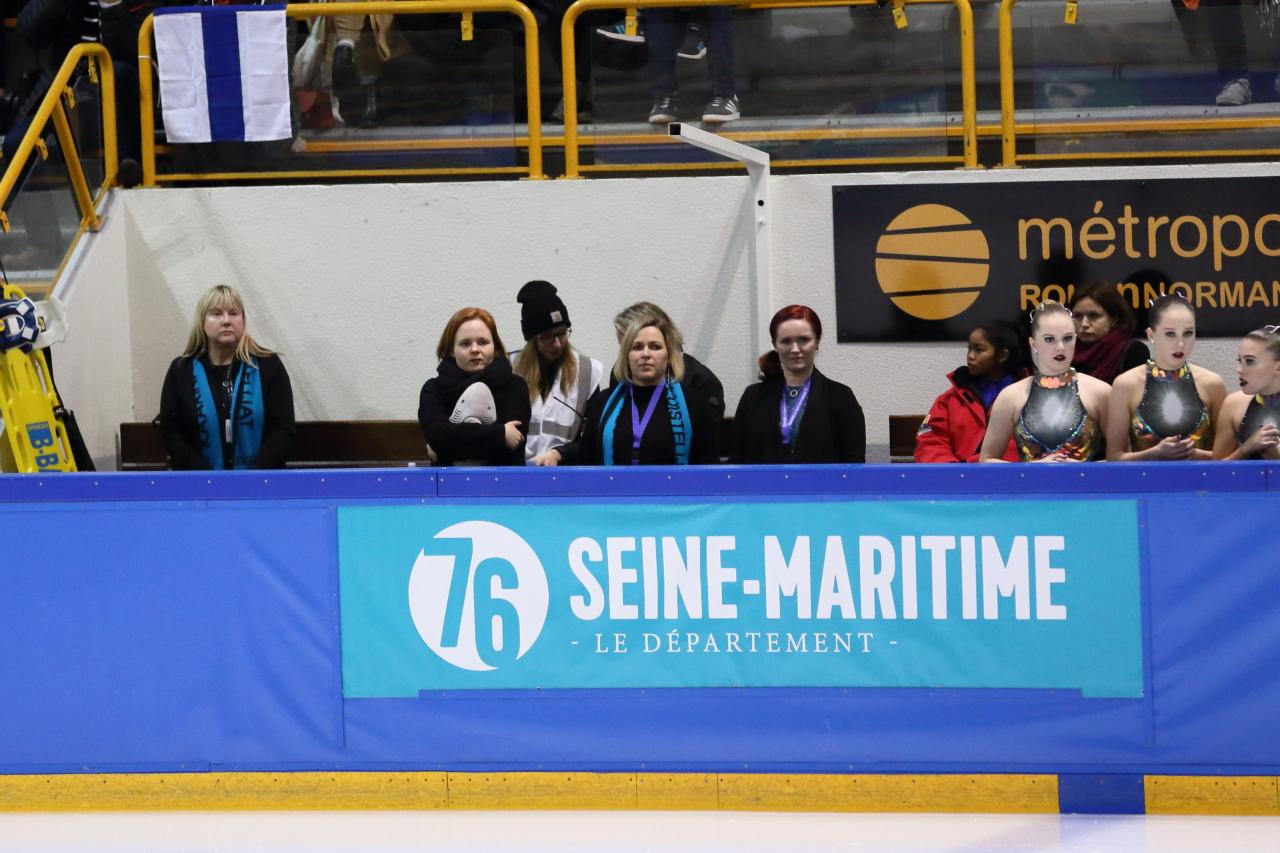 Dream Edgesin valmennuskaarti Siiri Eskelinen (vas.), Sini Lagercrantz ja Eeva Sunnari jännittivät joukkueensa vapaaohjelmaa French Cupissa Rouenissa.