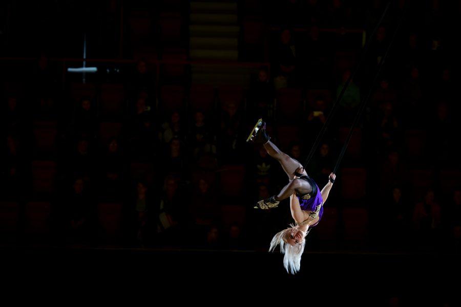 Sirkustaiteilija Heidi Latva esiintyi sekä jäällä että ilmassa.