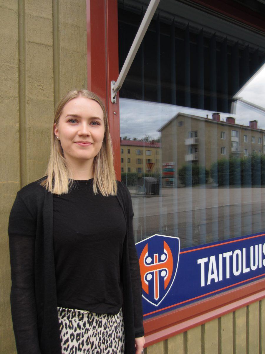 Sanni Kuusela opiskelee oppisopimuksella liikuntaneuvojaksi ja Tapparan Taitoluistelijoiden valmentajaksi.