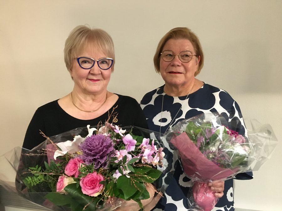 Pitkään Suomen Taitoluisteluliiton liittohallituksessa vaikuttaneet Irja Simola ja Kirsi Greis kukitettiin syysliittokokouksessa.