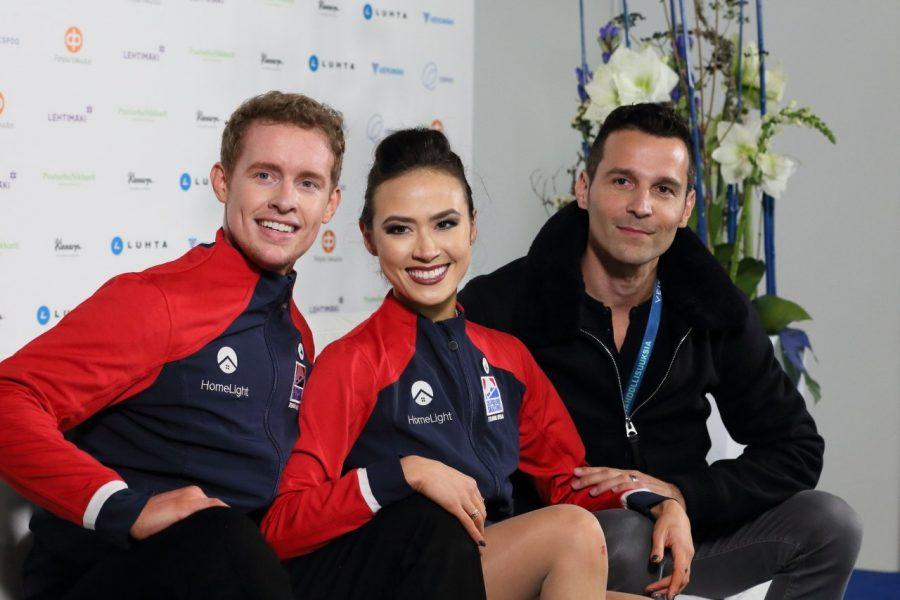 Amerikkalainen jäätanssipari Madison Chock Evan Bates sekä valmentaja Romain Hagenauer