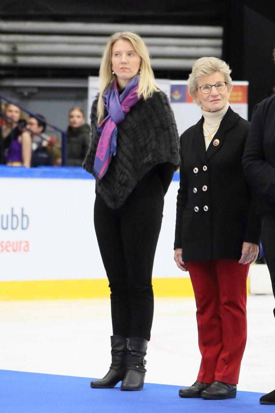 Anna-Maija Kivimäellä on jääkuningattaren kruunauksesta jo rutiinia, sillä ensimmäisen kerran hän toimi kruunun asettelijana jo 1960-luvulla, kun hän piti omalla urallaan välivuoden.