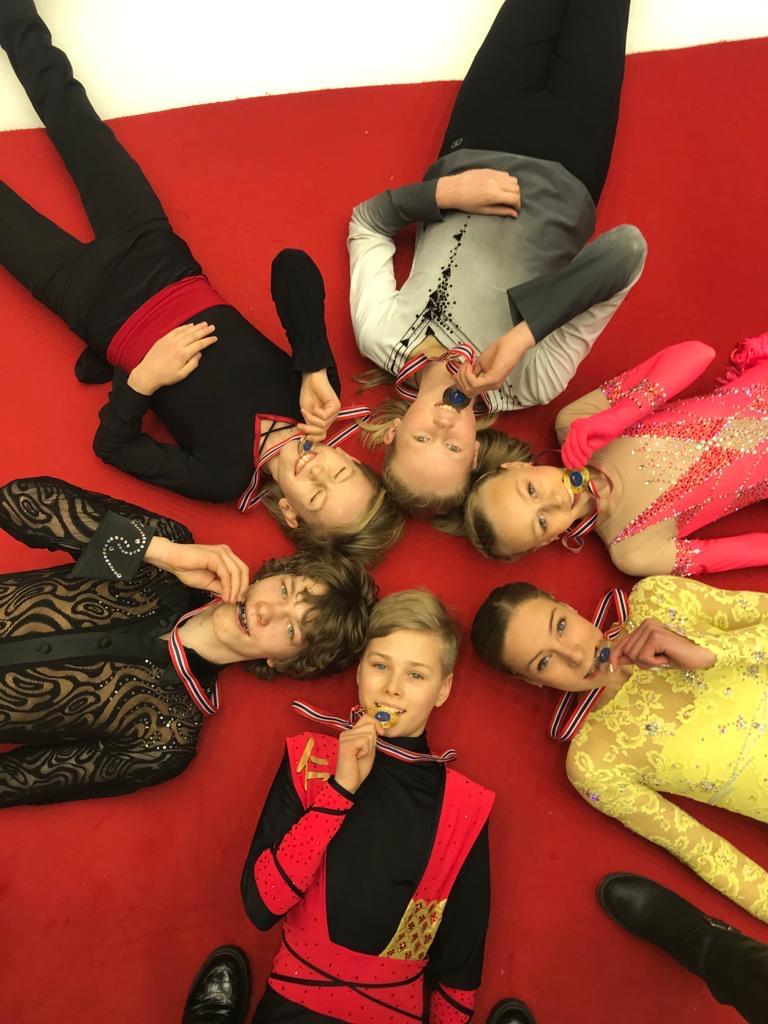 PM-kilpailujen perjantaimitalistit Lauri Lankila, Matias Lindfors, Arttu Juusola, Janna Jyrkinen, Peppi Vallenius ja Jari Krestyannikov.