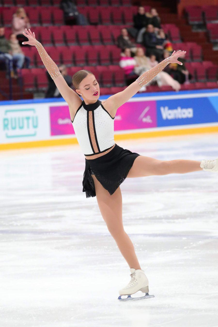 Jade Rautiaisen tiukan graafinen, suorilla linjoilla ja niukalla väriskaalalla leikittelevä lyhytohjelmapuku on yksi tämän kauden kilpajäiden ilopilkuista.