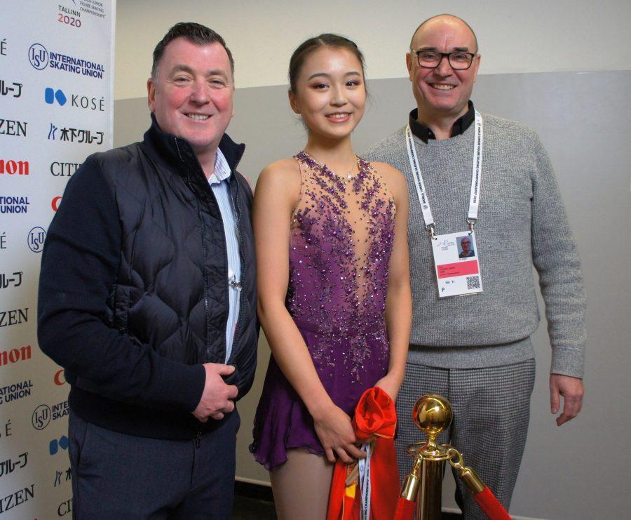 Yksi Oula Jääskeläisen omista valmennettavista on Torontossa harjoitteleva, Kiinaa edustava Yi Zhu, joka tunnetaan myös etunimellä Beverly. Kalifornialaistytön valmennuksessa on luonnollisesti mukana myös Brian Orser.
