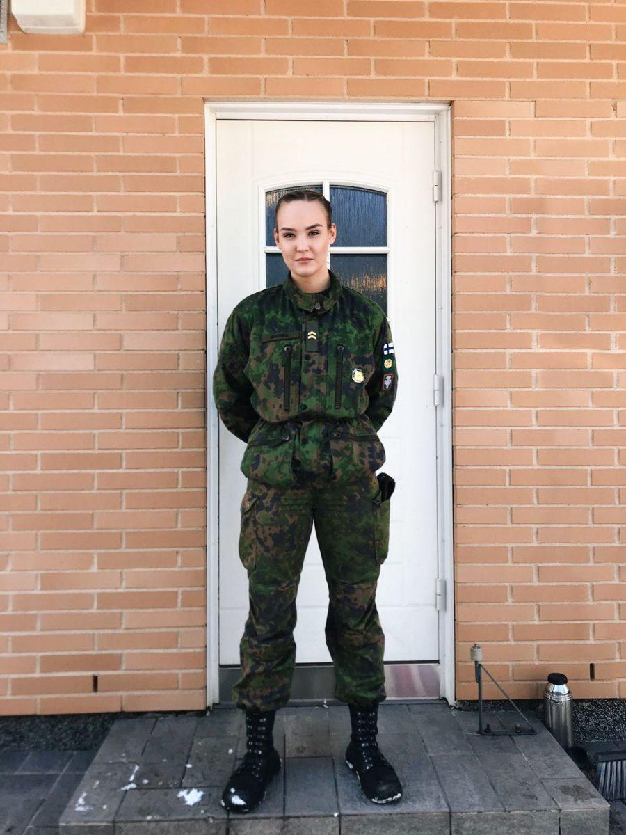 Petra Ahonen haki ja pääsi puolustusvoimien Urheilukouluun, joka mahdollistaa lahjakkaiden urheilijoiden valmentautumisen varusmiespalveluksen aikana. Alikersantti Ahonen kertoo urheilun ja sotilaskoulutuksen yhdistelmän todella toimivan.