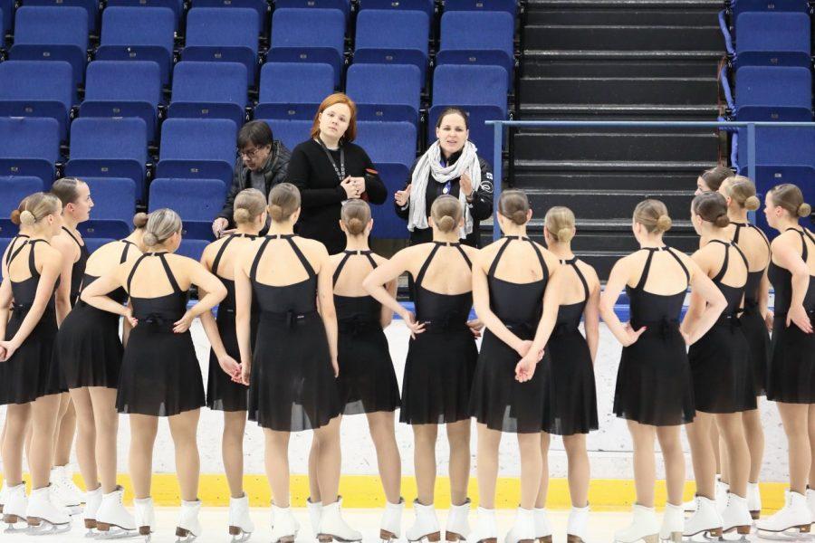 Dream Edgesin valmentajat Siiri Eskelinen (vas.) ja Sini Lagercrantz ohjeistavat joukkuettaan.