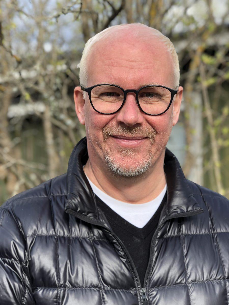 Mika Saarelainen on kansainvälinen ylimmän tason ylituomari kaikissa taitoluistelun lajeissa ja lisäksi kontrolleri teknisessä tuomaristossa. Tuomariuransa hän aloitti 17-vuotiaana.