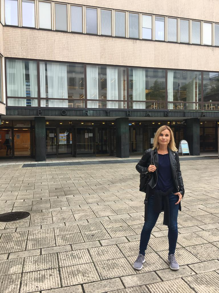 Vaativat opinnot aloittanut Mila Kajas vaihtaa useana iltana viikossa Taitoluisteluliiton toimistolta Helsingin yliopistolle.