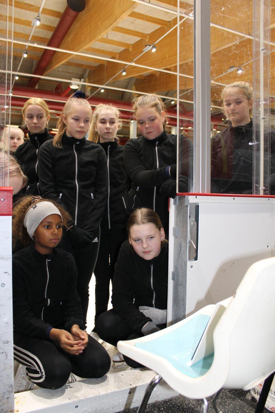 Valmentaja Riina Muotka ja kokkolalainen noviisijoukkue Ice Sparkles avaavat uraa etävalmennukselle. Riina valmentaa joukkueen ohjelmaharjoituksia uudelta kotipaikkakunnaltaan Kouvolasta. Valmentajana jäällä luistelee etätuntien aikana Sini Virtanen.