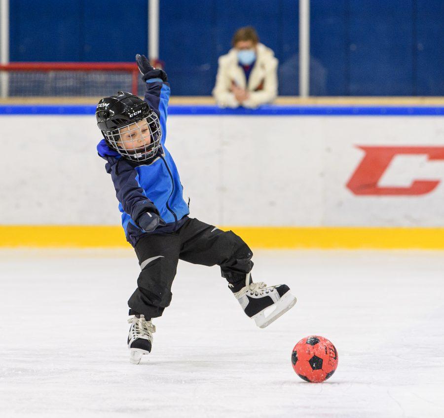 Hugo Tanskanen kiiruhtaa pallon perään Pojat jäällä -tapahtumassa Porvoossa.