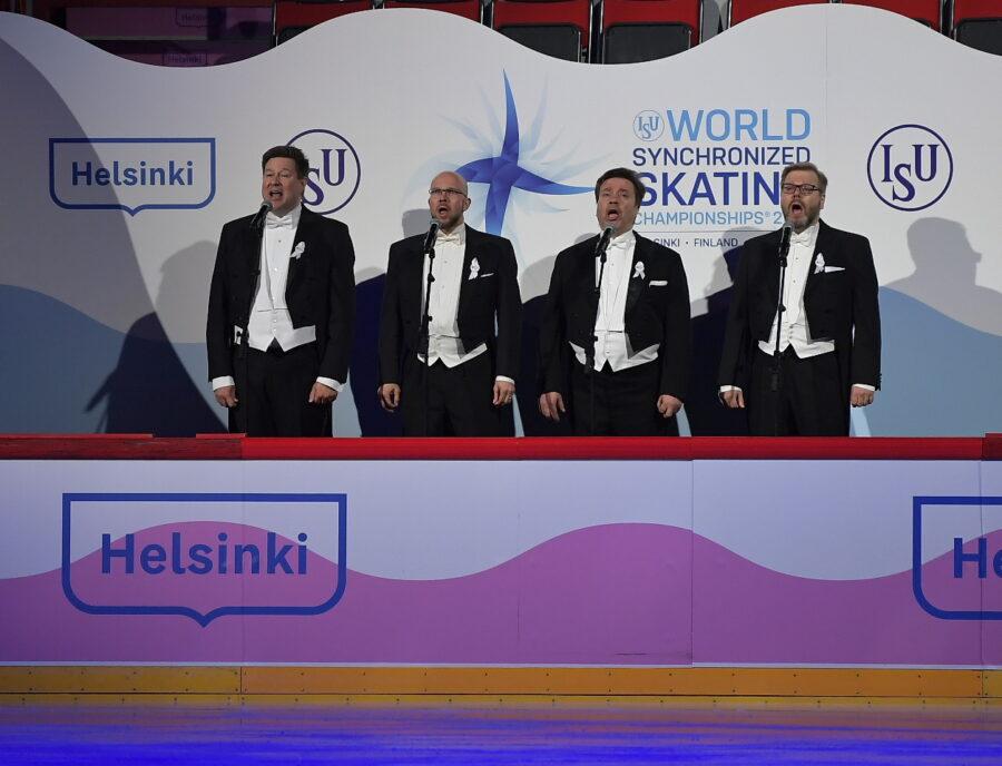 Janne Korhonen esiintyi Muodostelmaluistelun MM-kilpailujen avajaisissa. Kilta-kvartetti lauloi Maamme-laulun. Kuva Antti Lehto