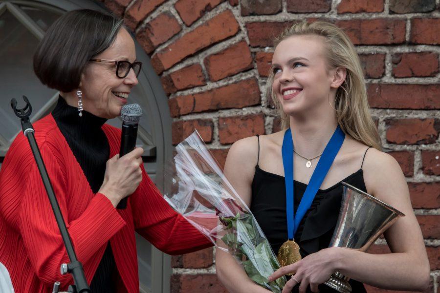 Laura Ratio palkitsi Emmi Peltosen kauden 2016–2017 palkintojenjakotilaisuudessa, joka järjestettiin taitoluistelun MM-kilpailujen karonkan yhteydessä.
