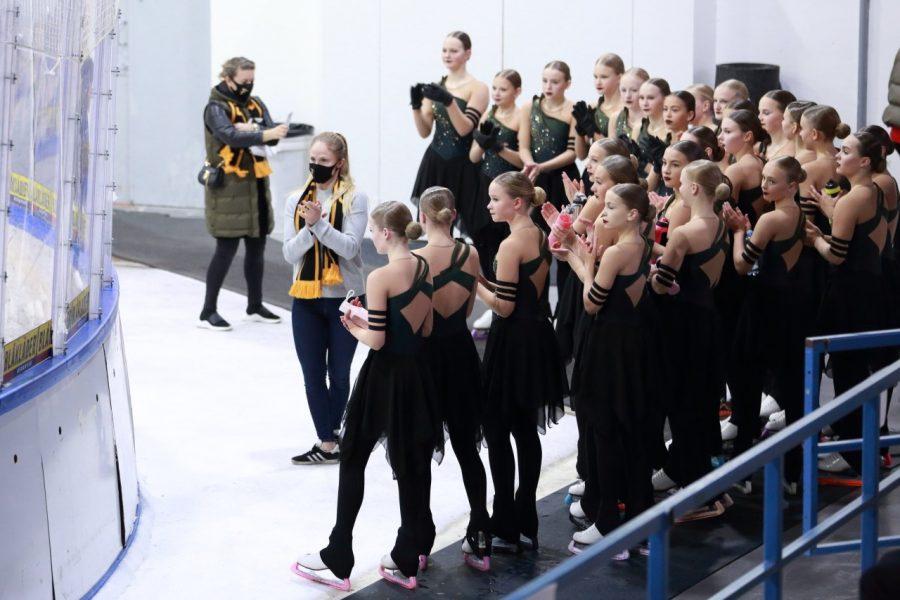 Viime vuonna noviisien Suomen mestaruuden voittanut Finettes sai valmentajansa Laura Spiridovitshin kanssa tuomaripalautetta PreSeason-tapahtumassa lokakuussa.