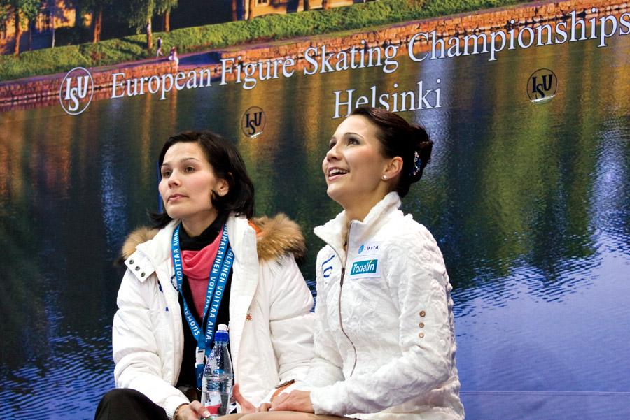 Susanna Pöykiö ja hänen valmentajasisar Heidi Valkama odottavat lyhytohjelman pisteitä Helsingin EM-kilpailuissa. Kuva Sari Niskanen