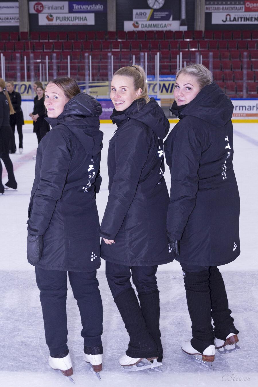 Satu Laitinen, Janniina Pärssinen ja Essi Bruun uskovat huumorin voimaan. Kuva Catarina Stewen