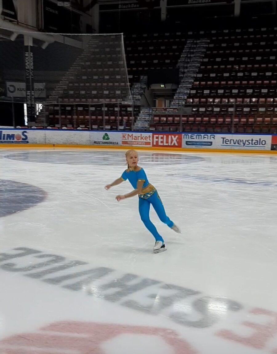 Aada Laakkonen pääsi kisafiilikseen, vaikka katsomo oli virtuaalikilpailussa tyhjä.