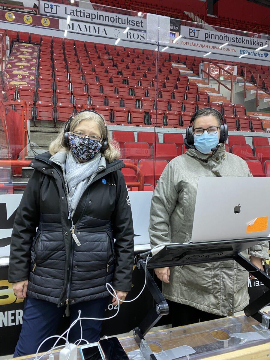 Suomen Taitoluisteluliiton kilpailupäällikkö Anne Fagerström ja kilpailun tuomarina toiminut xxx virtuaalikilpailuja.