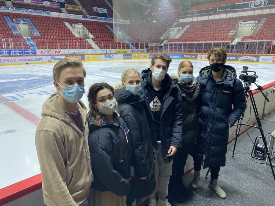 Juho Pirinen (vas.), Yuka Orihara, Juulia Turkkila, Matthias Versluis, Arina Klinovitskaya ja Jussiville Partanen olivat iloisia päästessään kilpailemaan.