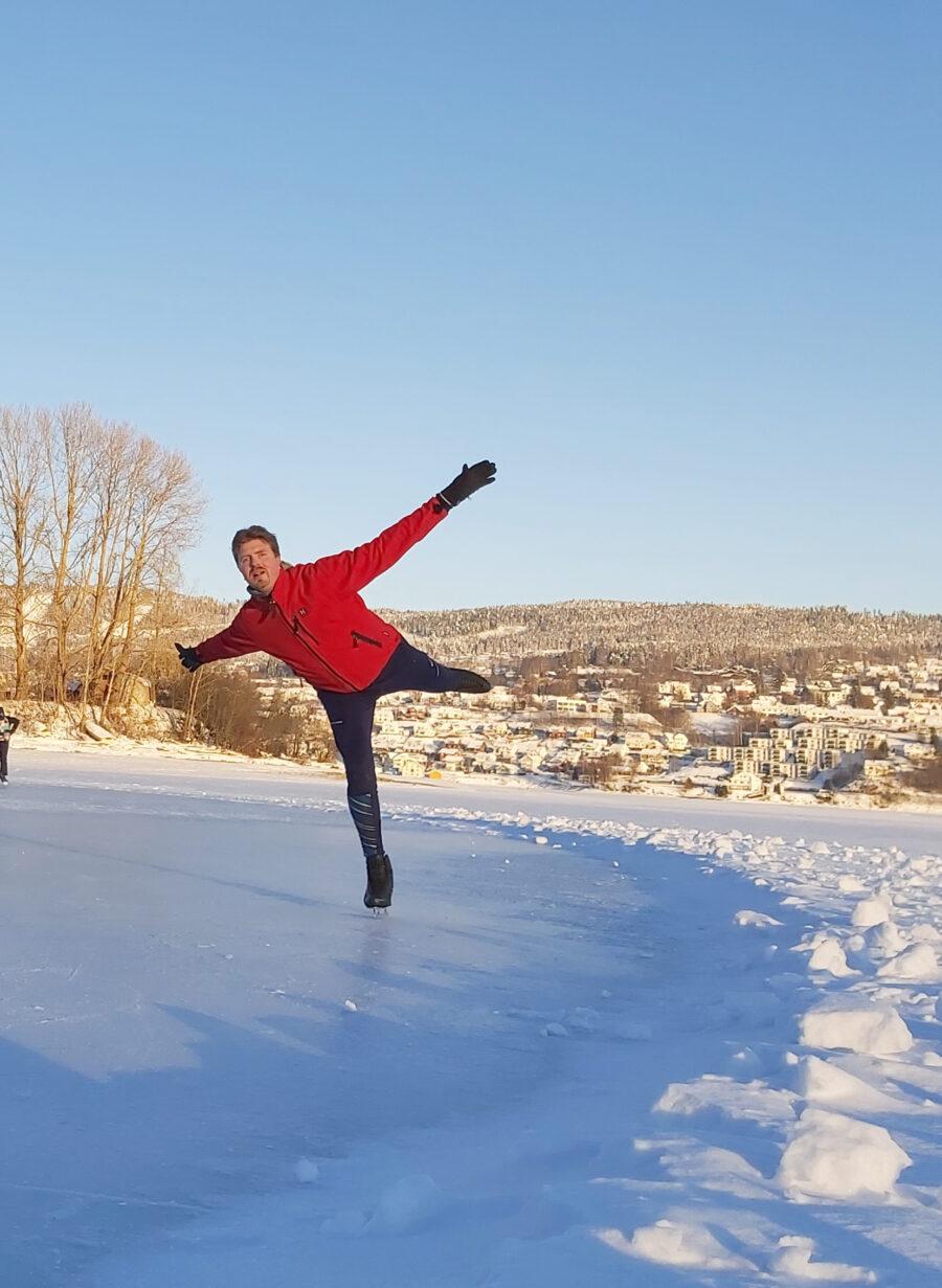 Markus Peltonen muutti syksyllä töiden perässä Norjaan ja treenaa koronan suljettua hallit järvien jäillä.