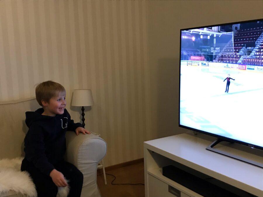 Lenni Lindqvist katselee sunnuntaina kotonaan omaa kisasuoritustaan.