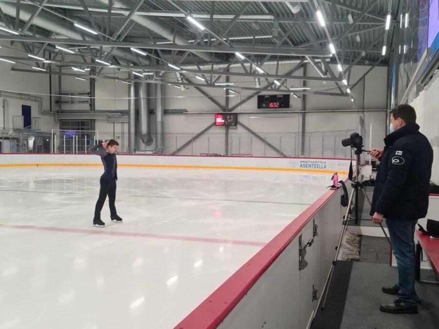 Suomen Taitoluisteluliiton tuore puheenjohtaja Janne Korhonen oli valvomassa, kun Valtter Virtanen tavoitteli MM-pisterajojen rikkomista.