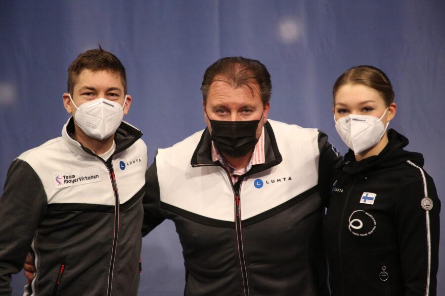 Michael Huth on MM-kilpailussa valmennettaviensa Valtter Virtasen ja Jenni Saarisen tukena.