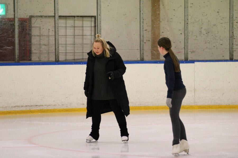Jenni Honkila jäällä valmennettavansa kanssa.