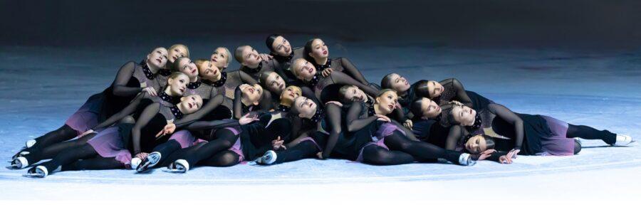 Suomalaisista SM-seniori joukkueista on mukana Helsinki Rockettes (kuvassa), Marigold IceUnity ja Team Unique.