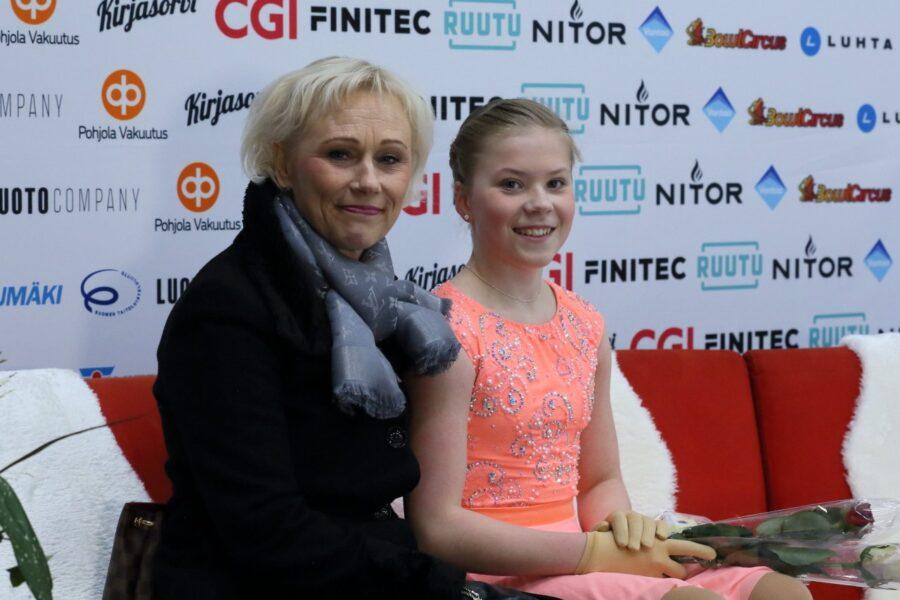 Virpi Horttana valmennettavansa Olivia Liskon kanssa vuoden 2020 taitoluistelun SM-kilpailuissa.