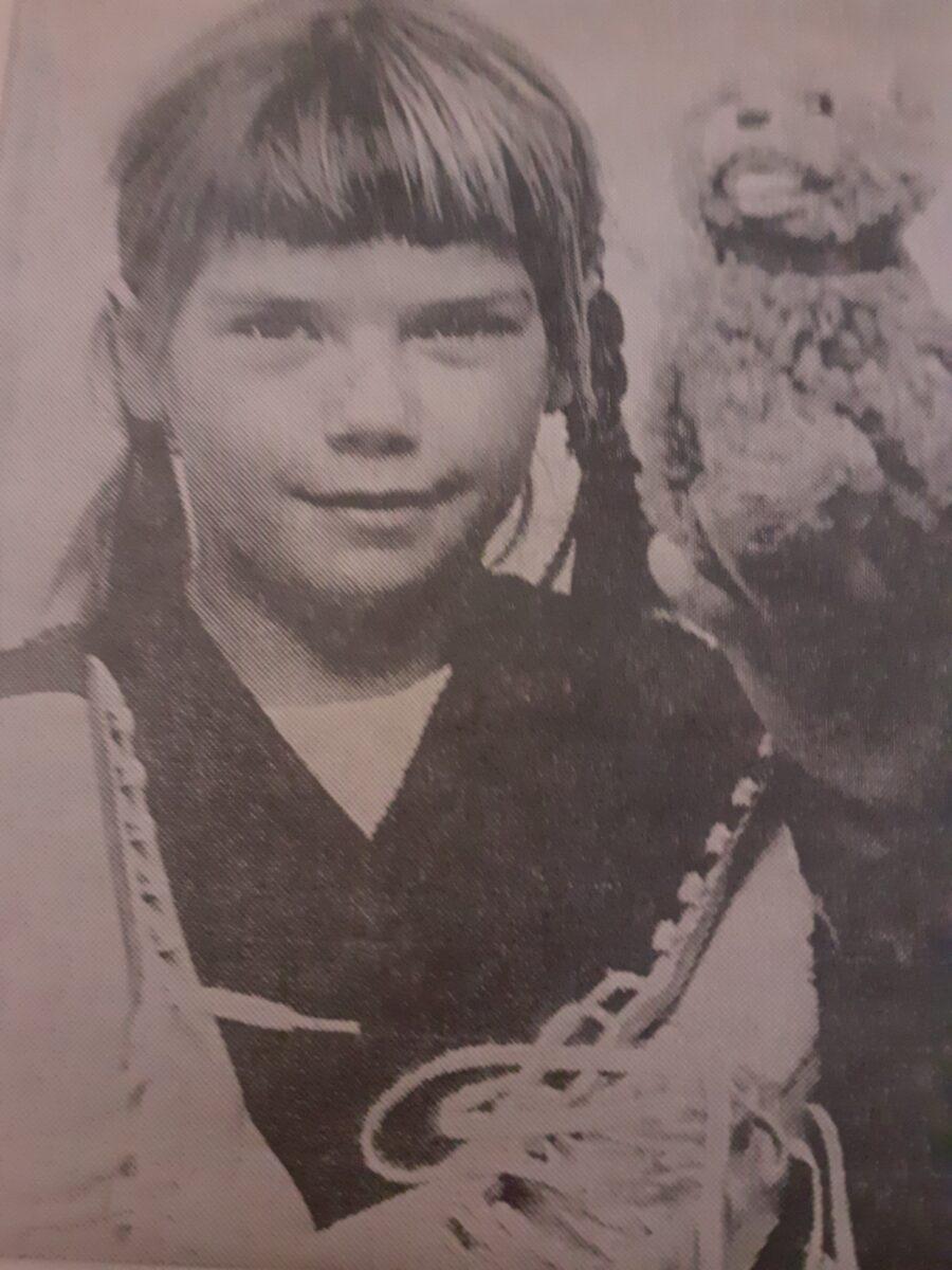 Helsingin Sanomien kuva vuodelta 1969. Sirkka nappasi voiton 8-vuotiaana 15-vuotiaiden sarjassa.
