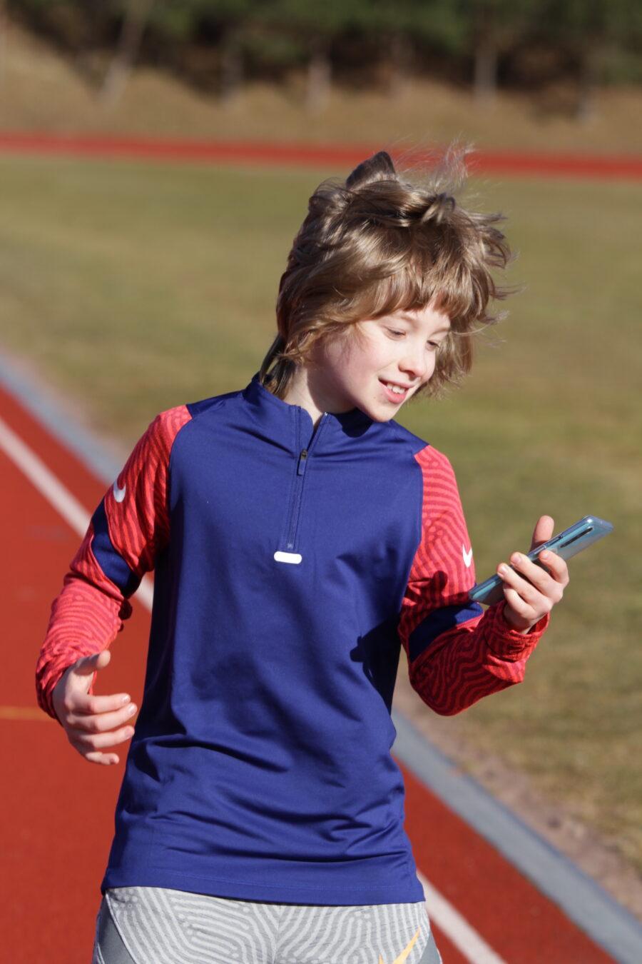 11-vuotias Romulus Peltonen kertoo, että uudesta sovelluksesta saa hyviä vinkkejä alkuverryttelyyn.