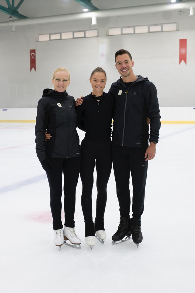 Loena Hendrickx valmentajiensa Carine Herrygersin ja Jorik Hendrickxin kanssa.