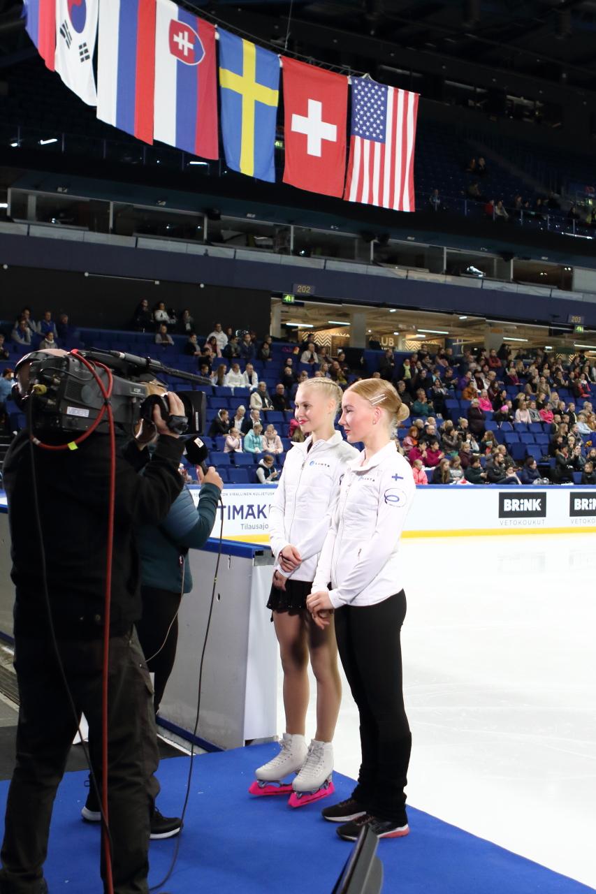 Linnea Ceder (vas.) ja Vera Stolt Ylen haastattelussa Finlandia Trophy Espoo -kilpailussa syksyllä 2019.