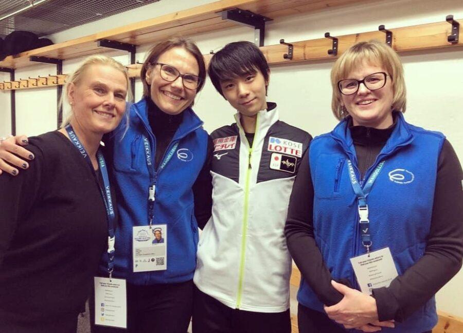 """Hanni oli vapaaehtoisena Taitoluistelun MM-kilpailuissa Helsingissä vuonna 2017. """"Once in a lifetime"""" kuvassa Yuzuru Hanui, Sanna Eklund ja Suvi Oikarinen."""