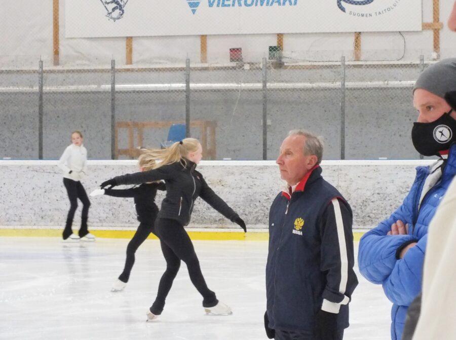 Valmentaja Alexander Vedenin seuraa tarkasti, miten oppi menee perille Olympic Development Project -leirillä Vierumäellä.