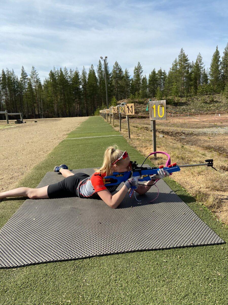 Sissi Oikkonen harjoittelee ampumahiihtoa täydellä teholla ja tähtää lajin maajoukkueeseen.