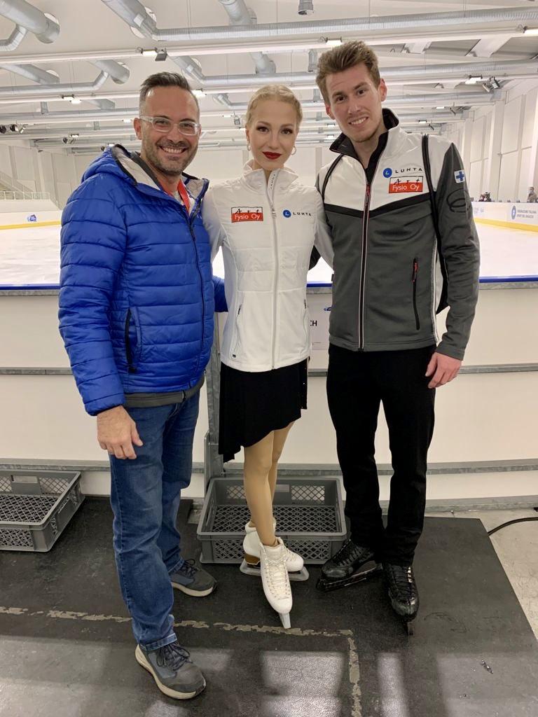 Jäätanssijat Juulia Turkkila ja Matthias Versluis sekä heidän valmentajansa Maurizio Margaglio olivat tyytyväisiä kauden avaukseen Italiassa.